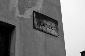 Il nome della via fissato sulla fabbrica