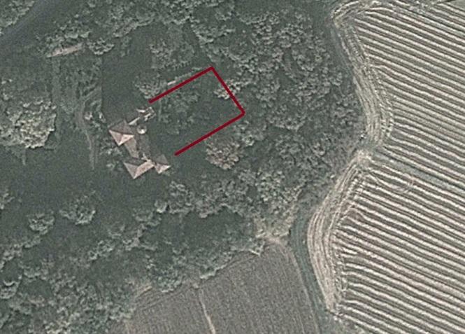 Il castello visto dal satellite. La linea rossa tratteggia le mura di cinta.