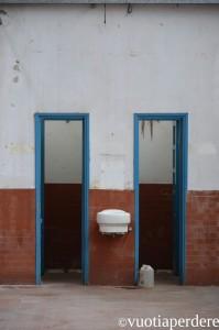 al bagno tenendosi per mano