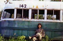 Chris McCandless davanti al Magic Bus