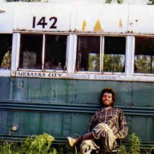 Chris McCandless davanti al Magic Bus